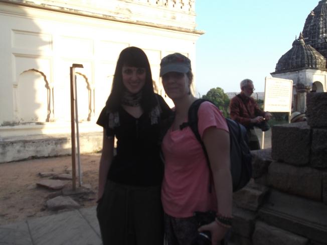 Estela y Rosa en los Templos Jainistas (Khajuraho)
