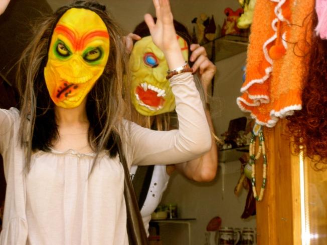 Estela y Dory disfrazadas en Sighisoara.