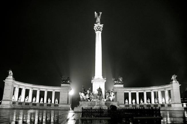 Plaza de los heroes, nocturna.